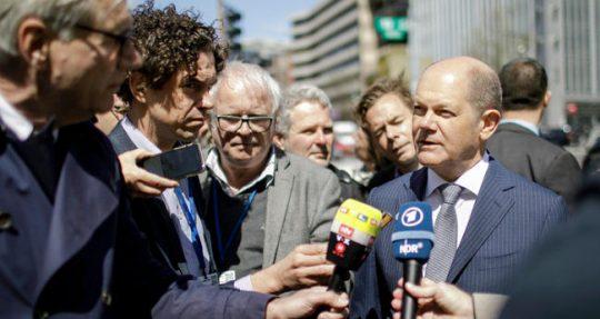 Olaf Scholz antwortet auf Journalistenfragen.